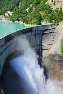 黒部ダム観光放水の写真素材 [FYI02676130]