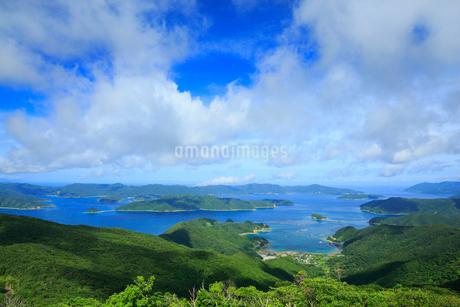 奄美大島 高知山展望台より望む大島海峡と加計呂麻島の写真素材 [FYI02676132]