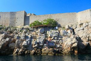 ドゥブロヴニク旧市街の城壁とレストランの写真素材 [FYI02676134]