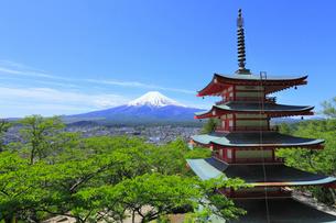 浅間公園の慰霊塔と富士山に新緑の写真素材 [FYI02676139]