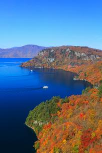 旧観湖台から望む紅葉の十和田湖と遊覧船の写真素材 [FYI02676142]