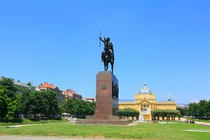 ザグレブのトミスラヴ王像とトミスラヴ王広場の写真素材 [FYI02676163]