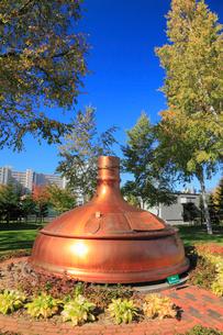 サッポロビール園 ビール醸造に使用されていた銅釜のオブジェの写真素材 [FYI02676169]