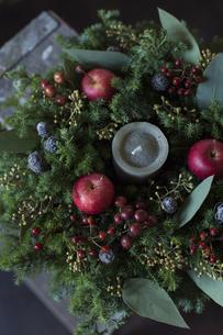 姫リンゴとグリーンのナチュラルなクリスマスリースのアレンジメントの写真素材 [FYI02676177]