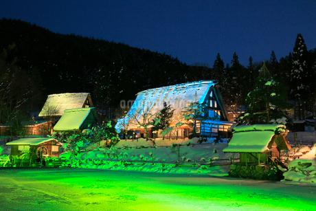 雪景色の飛騨の里 ライトアップ夜景の写真素材 [FYI02676191]