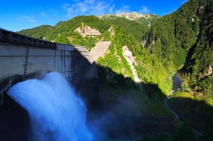 朝の立山連峰と黒部ダム観光放水の写真素材 [FYI02676202]