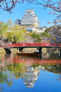 姫路城 天守閣と桜に城見橋と和船の写真素材 [FYI02676218]