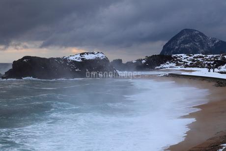雪景色の立岩の写真素材 [FYI02676259]