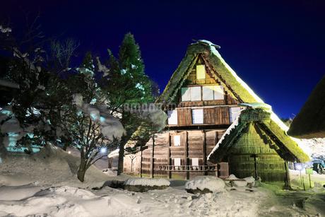 雪景色の飛騨の里 ライトアップ夜景の写真素材 [FYI02676262]