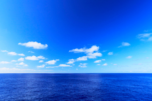 海と空に雲の写真素材 [FYI02676317]