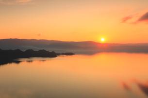 十和田湖と夕日の写真素材 [FYI02676323]