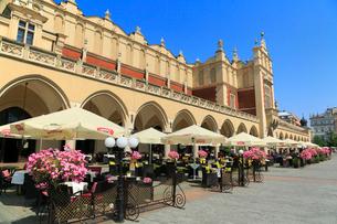クラクフの中央広場と織物会館の写真素材 [FYI02676379]