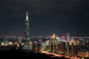 象山から望む台北101と台北市街夜景の写真素材 [FYI02676399]