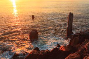巨釜の折石と朝日に染まる海の写真素材 [FYI02676401]
