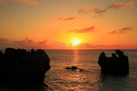 与論島 品覇海岸から望む夕焼けの空と海の写真素材 [FYI02676437]
