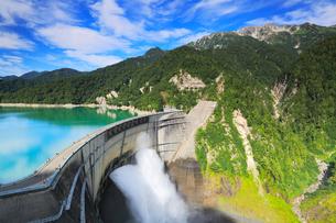 立山連峰と黒部ダム観光放水の写真素材 [FYI02676464]