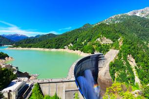 夏の立山 黒部ダム観光放水と虹の写真素材 [FYI02676466]