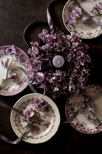 アンティークのお皿とスイートピーのフラワーリースの写真素材 [FYI02676490]