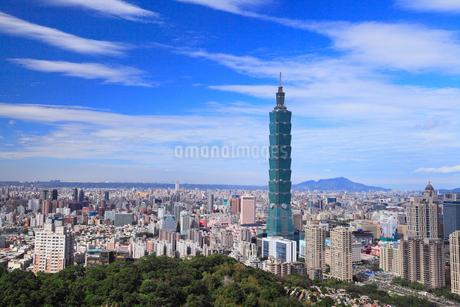 象山から望む台北101と台北市街の写真素材 [FYI02676510]