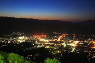 冨士山から望む市街夜景の写真素材 [FYI02676512]