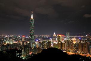 象山から望む台北101と台北市街夜景の写真素材 [FYI02676513]