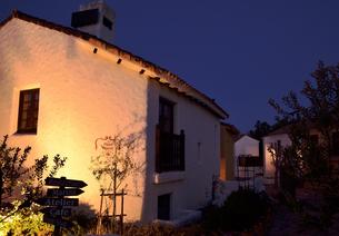 地中海村の夕景の写真素材 [FYI02676544]