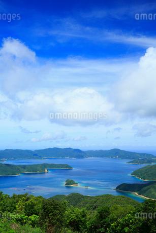 奄美大島 油井岳展望台より望む大島海峡と加計呂麻島の写真素材 [FYI02676549]