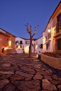 地中海村の夕景の写真素材 [FYI02676582]