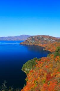 旧観湖台から望む紅葉の十和田湖の写真素材 [FYI02676627]