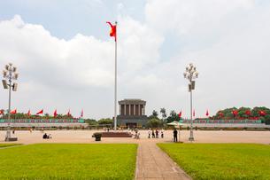 ホーチミン廟のベトナム国旗(金星紅旗)の写真素材 [FYI02676637]