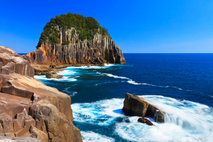 楯ヶ崎に熊野灘の寄せる波と快晴の空の写真素材 [FYI02676645]