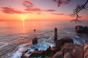 巨釜の折石と朝日の写真素材 [FYI02676646]