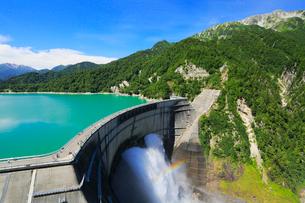 立山連峰と黒部ダム観光放水の写真素材 [FYI02676663]