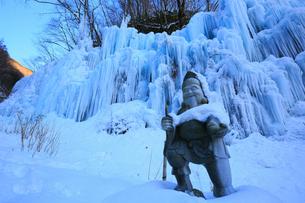 飛騨大鍾乳洞・氷の渓谷と七福神の写真素材 [FYI02676672]