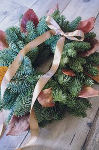 落ち葉とモミのクリスマスリースの写真素材 [FYI02676673]