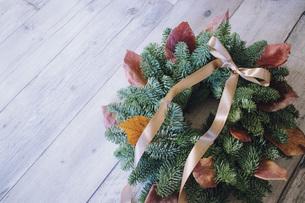 落ち葉とモミのクリスマスリースの写真素材 [FYI02676680]