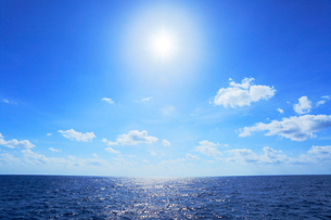 海と空に太陽の写真素材 [FYI02676688]