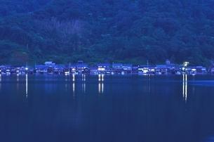 伊根の舟屋の夕暮れの写真素材 [FYI02676741]