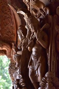 サンクチュアリ・オブ・トゥルース内部の彫刻の写真素材 [FYI02676761]