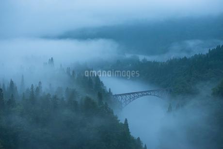 霧の第一只見川橋梁の写真素材 [FYI02676775]