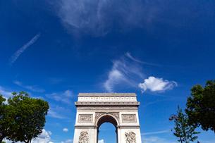 凱旋門ごしに望むパリの夏空の写真素材 [FYI02676781]
