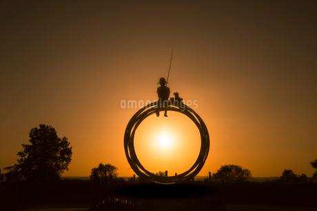 霞ケ浦総合公園の朝日とモニュメントの写真素材 [FYI02676824]