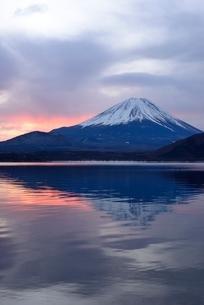本栖湖湖畔より望む富士山と朝焼けに染まる雲の写真素材 [FYI02676896]