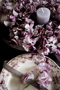 アンティークのお皿とスイートピーのフラワーリースの写真素材 [FYI02676944]