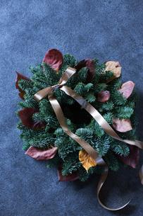 モミと落ち葉のクリスマスリースの写真素材 [FYI02676954]