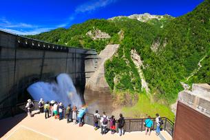 夏の立山 黒部ダム観光放水と虹の写真素材 [FYI02677010]