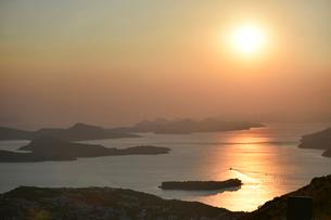 ドゥブロヴニクから望むアドリア海の夕日の写真素材 [FYI02677028]