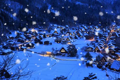 荻町城跡展望台から望む雪景色の白川郷の夜景の写真素材 [FYI02677031]
