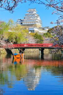 姫路城 天守閣と桜に城見橋と和船の写真素材 [FYI02677075]