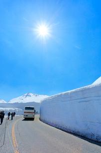 立山 雪の大谷と高原バスの写真素材 [FYI02677076]